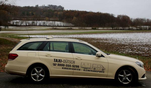 taxi-duetsch-Taxi vor Feld