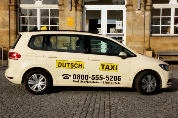 taxi-duetsch-Taxi vor Haus